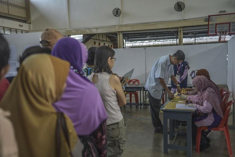 Voters queue to cast their ballots during the Tanjung Piai by-election at SJK(C) Yu Ming in Pontian November 16, 2019. — Picture by Shafwan Zaidon