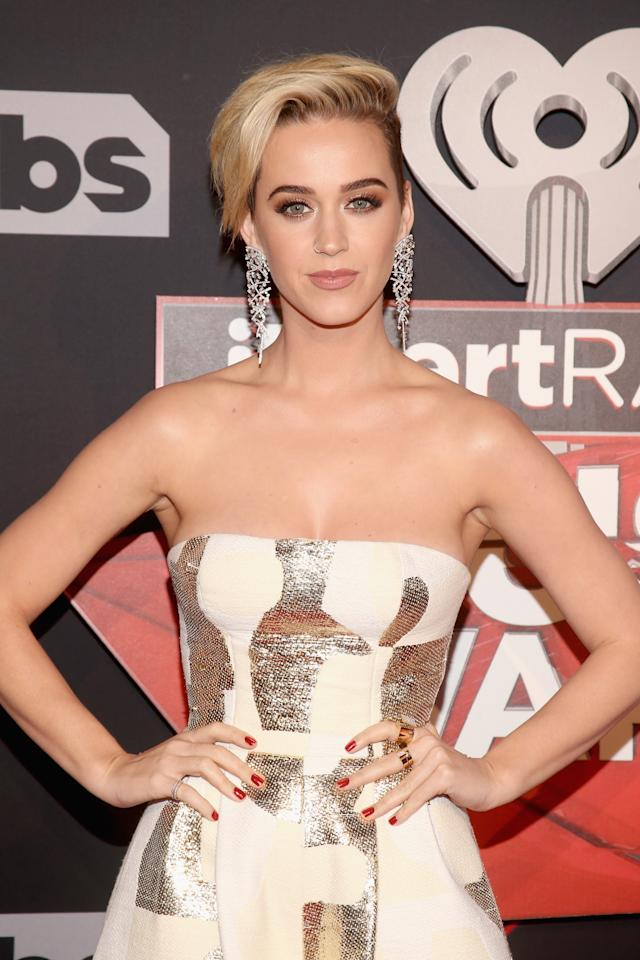 <p>Katy rocked her brand-new, platinum pixie on the red carpet — and it looked <em>amazing</em>. She swept her hair to the side, keeping it sleek and smooth for a breezy vibe that paired perfectly with her pretty makeup.</p>