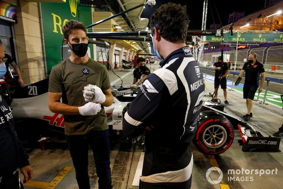 "Romain Grosjean, Haas F1 meets Doctor Ian Robert and medical car driver Alan van der Merwe who helped him in his crash at last Grand Prix<span class=""copyright"">Andy Hone / Motorsport Images</span>"