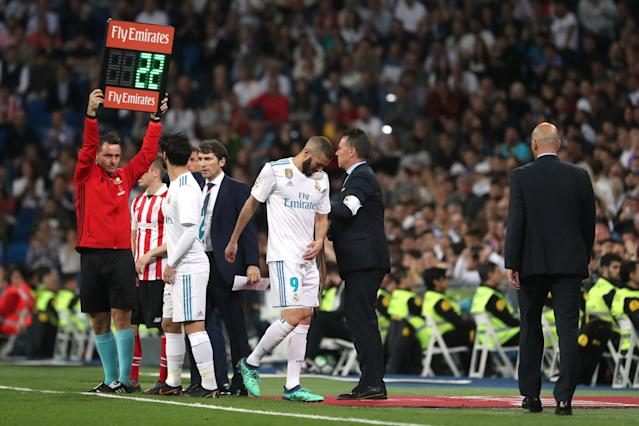 Soccer Football - La Liga Santander - Real Madrid vs Athletic Bilbao - Santiago Bernabeu, Madrid, Spain - April 18, 2018 Real Madrid's Karim Benzema is substituted off and Isco prepares to come on REUTERS/Susana Vera