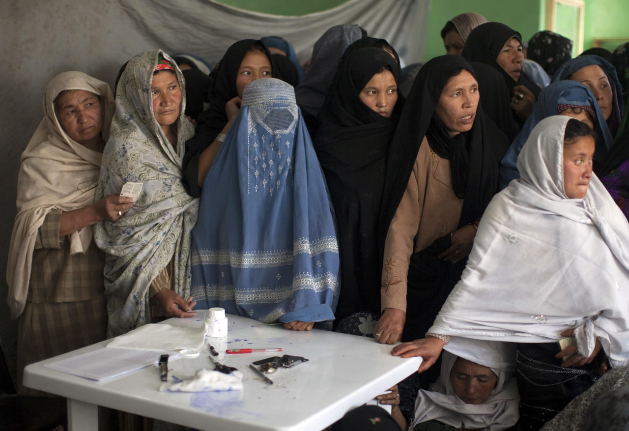 Afghan women wait to vote at a polling station during parliamentary elections in Kabul September 18, 2010. REUTERS/Ahmad Masood  (AFGHANISTAN - Tags: ELECTIONS POLITICS)