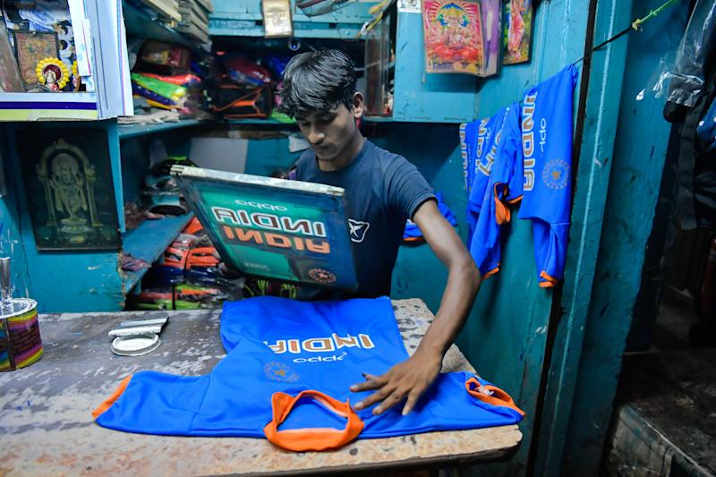 KOLKATA, WEST BENGAL, INDIA - 2019/05/29: A crafts man busy printing an Indian jersey at a workshop in kolkata as Cricket World Cup 2019 is round the corner. (Photo by Avijit Ghosh/SOPA Images/LightRocket via Getty Images)
