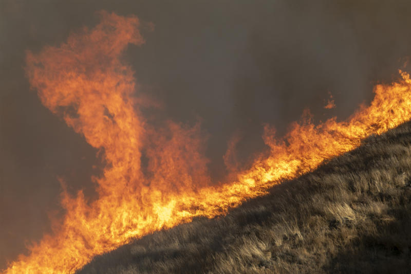 Strong winds drive the Easy Fire on Oct. 30, 2019 near Simi Valley, California. (Photo: David McNew/Getty Images)