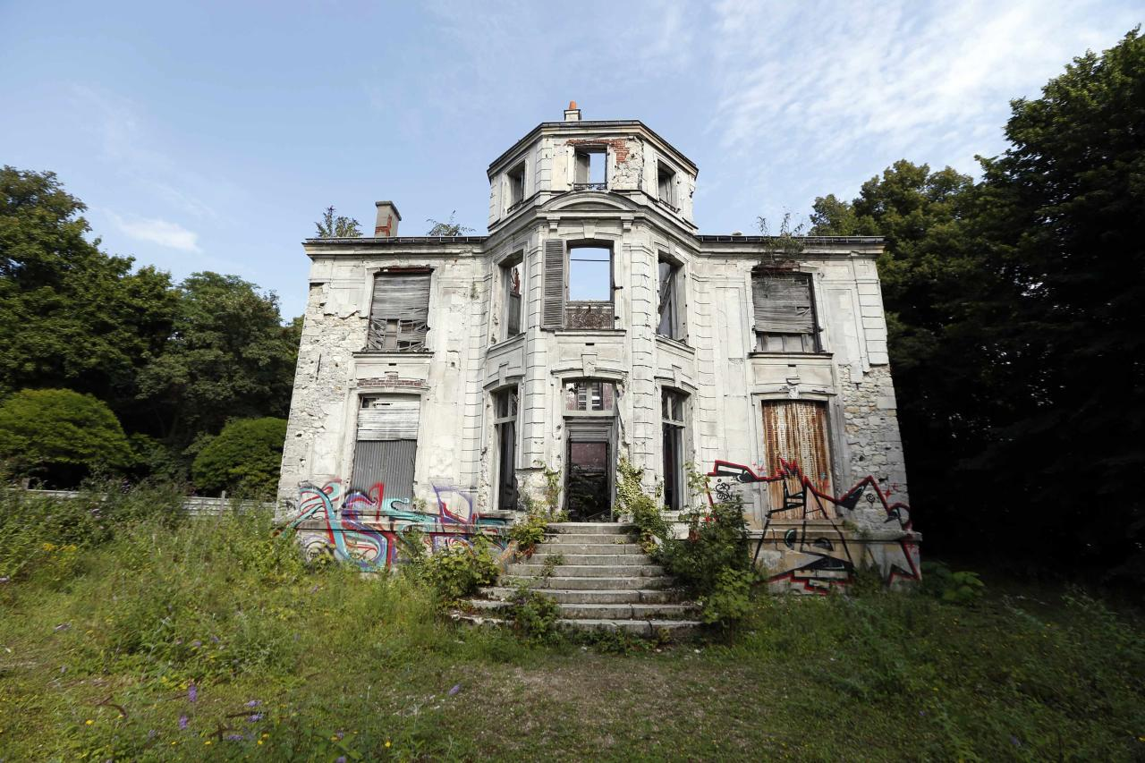 Exterior view of an abandoned 19th century manor in Goussainville-Vieux Pays, 20 kms (12 miles) north of Paris, August 26, 2013. In 1972 the farming village of 144 homes found itself under the direct flight path of Roissy's Charles de Gaulle Airport when it opened. Residents started to abandon their homes, unable to endure the constant noise of the passenger planes flying overhead. Nowadays, only few families remain living in what has become almost a ghost village. Picture taken August 26, 2013. REUTERS/Charles Platiau (FRANCE - Tags: SOCIETY)