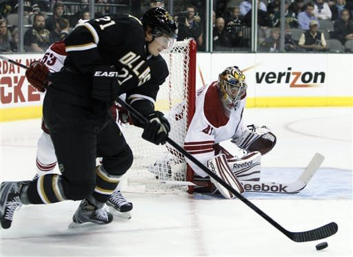 Dallas Stars left wing Loui Eriksson (21) of Sweden looks for an opening to the net against Phoenix Coyotes goalie Mike Smith (41) in the first period of an NHL hockey game Tuesday, March 20, 2012, in Dallas. (AP Photo/Tony Gutierrez)