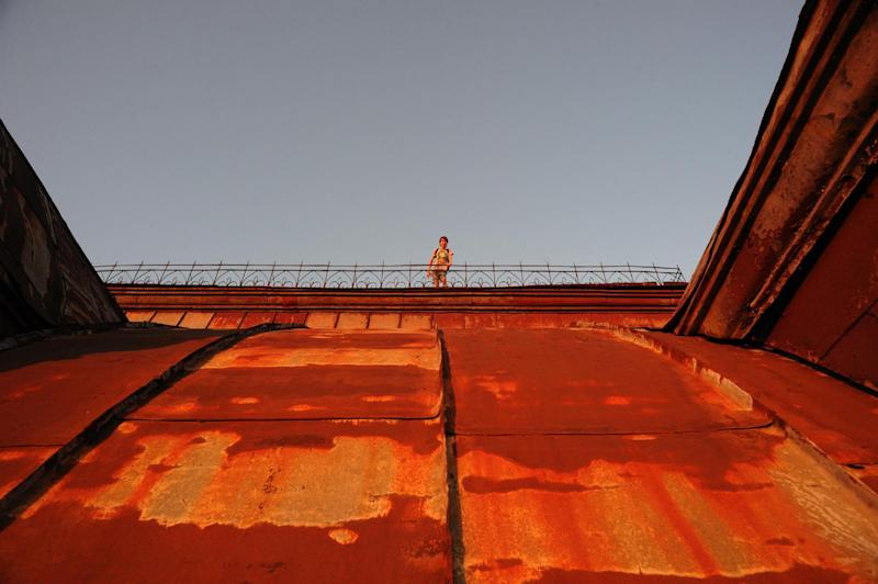 A climber stands on top of a building in Saint Petersburg, Russia, on August 6, 2014 (AFP Photo/Olga Maltseva)