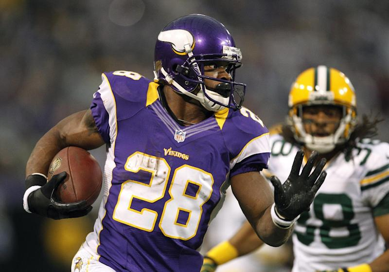 Minnesota Vikings running back Adrian Peterson, left, runs from Green Bay Packers cornerback Tramon Williams during the first half of an NFL football game Sunday, Dec. 30, 2012, in Minneapolis. (AP Photo/Genevieve Ross)