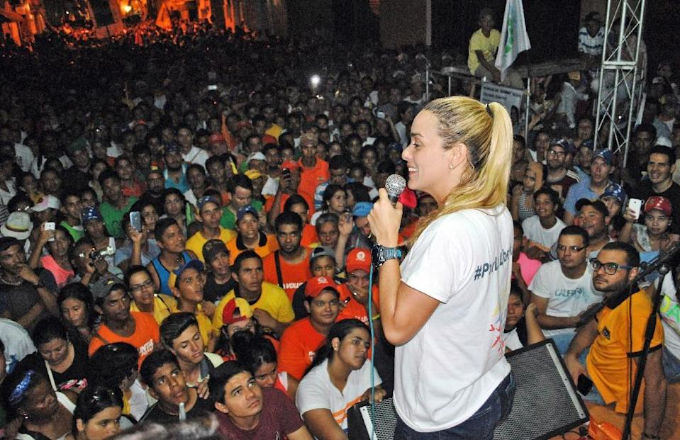 Lilian Tintori, wife of jailed Venezuelan opposition leader Leopoldo Lopez, addresses supporters during a rally in Guarico state on November 25, 2015 (AFP Photo/Francisco Truceiro)