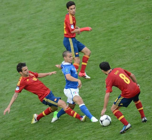 Italian midfielder Thiago Motta (L) vies with Spanish forward Cesc Fabregas (L) during the Euro 2012 championships football match Spain vs Italy on June 10, 2012 at the Gdansk Arena. The game ended in a draw 1-1. AFPPHOTO/ PATRIK STOLLARZPATRIK STOLLARZ/AFP/GettyImages