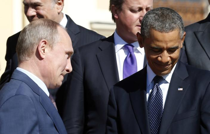 Russian President Vladimir Putin (L) walks past U.S. President Barack Obama (R) during a group photo at the G20 Summit in St. Petersburg September 6, 2013. REUTERS/Kevin Lamarque (RUSSIA - Tags: POLITICS TPX IMAGES OF THE DAY BUSINESS)