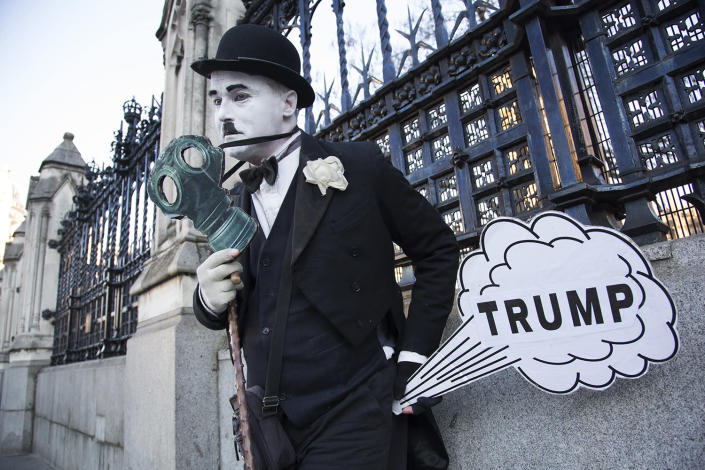 <p>As Donald Trump is inaugurated as the 45th U.S. President, a mime dressed as Charlie Chaplin stands outside Parliament in protest, Jan. 20, 2017 in London. (Photo: Mike Kemp/In Pictures via Getty Images) </p>