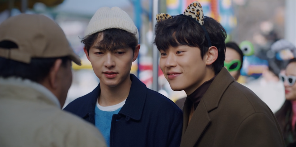 Vincenzo (Song Joong Ki, left) goes on a cute date to seduce Hwang Min Seong (Kim Sung Cheol), President of Shinkwang Bank in Vincenzo (Photo: courtesy of Netflix)