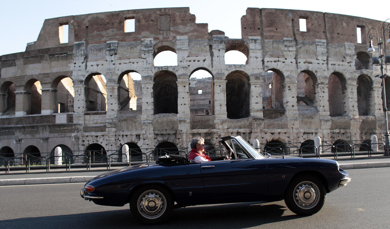 "Mauro Monteferri drives his Alfa Romeo Spider ""Duetto"" 1967 in front of the ancient Colosseum in Rome, May 27, 2012. REUTERS/Stefano Rellandini"
