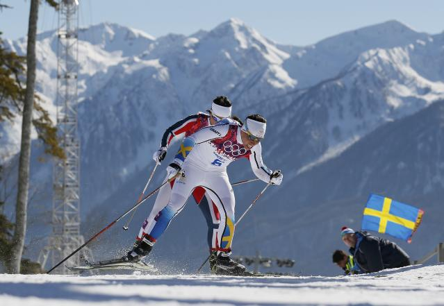 Sweden's Charlotte Kalla (C) skis next to Norway's Marit Bjoergen (rear) during the women's skiathlon event at the Sochi 2014 Winter Olympics in Rosa Khutor February 8, 2014. REUTERS/Stefan Wermuth (RUSSIA - Tags: SPORT OLYMPICS SPORT SKIING)