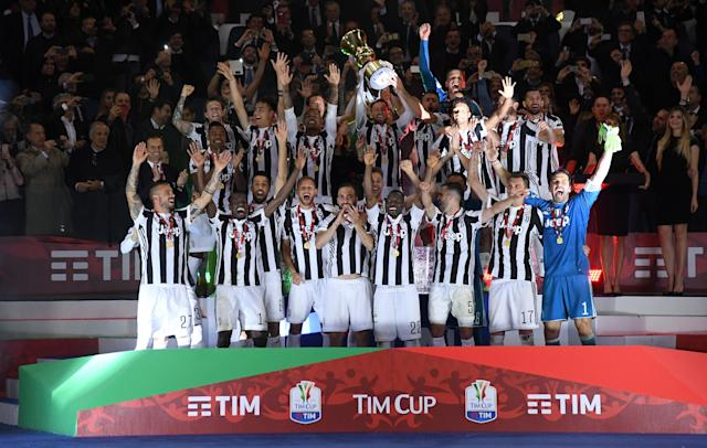 Soccer Football - Coppa Italia Final - Juventus vs AC Milan - Stadio Olimpico, Rome, Italy - May 9, 2018 Juventus celebrate winning the Coppa Italia REUTERS/Alberto Lingria