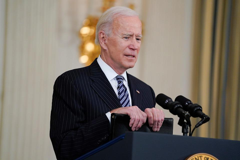 <p>Joe Biden pidió a los estadounidenses que mantuvieran la guardia alta mientras adelantaba la fecha límite para el acceso generalizado a las vacunas COVID-19.</p> (Copyright 2021 The Associated Press. All rights reserved)