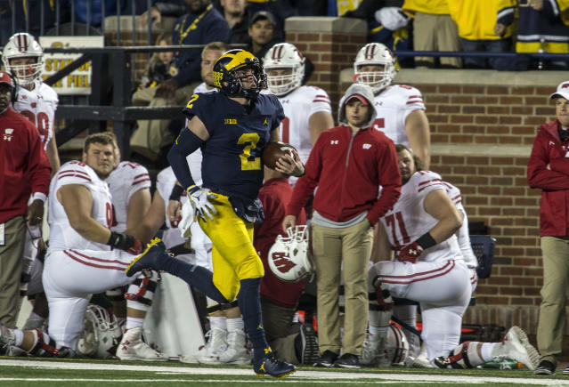 """Michigan quarterback <a class=""""link rapid-noclick-resp"""" href=""""/ncaaf/players/263176/"""" data-ylk=""""slk:Shea Patterson"""">Shea Patterson</a> (2) rushes for 81 yards in the second quarter of an NCAA college football game against Wisconsin in Ann Arbor, Mich., Saturday, Oct. 13, 2018. (AP Photo/Tony Ding)"""