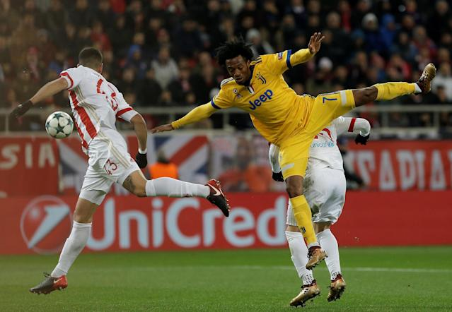 Soccer Football - Champions League - Olympiacos vs Juventus - Karaiskakis Stadium, Piraeus, Greece - December 5, 2017 Juventus' Juan Cuadrado in action with Olympiacos' Leonardo Koutris and Dimitris Nikolaou REUTERS/Alkis Konstantinidis