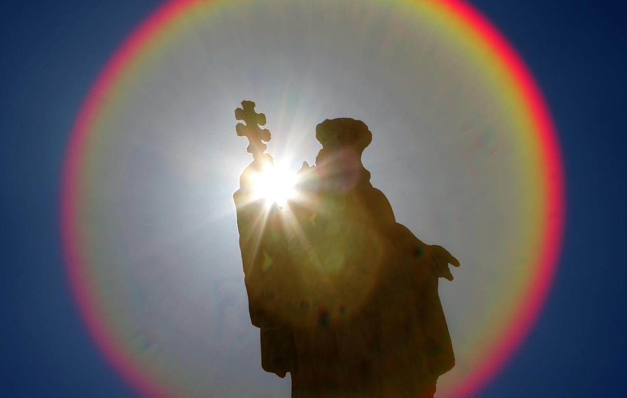 A halo from the sun appears around one of the statues in Saint Peter's Square at the Vatican September 18, 2006. The Vatican opened its secret archives on the papacy of Pius XI between 1922 and 1939 on Monday and said unjust opinions concerning its relations with Jews in the pre-World War Two period would be overturned.  REUTERS/Max Rossi (VATICAN) - RTR1HGNA