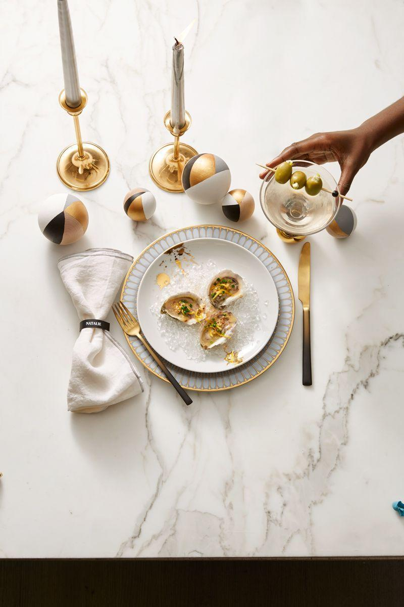 <p>This elegant mix of gold cutlery with black accents creates a simple color palette that feels polished and sophisticated.</p>