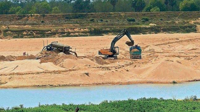 The sand mafia in Rajasthan tried to kidnap two inspectors of mining department and three constables of Rajasthan Armoured Constabulary on their way back to the police station.