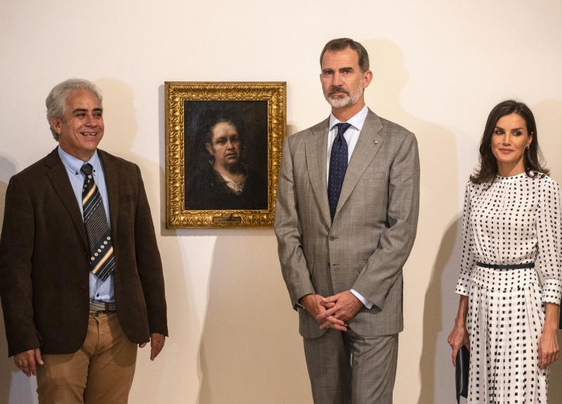 Spain's King Felipe and Queen Letizia pose for photos standing next to a self-portrait of Spanish painter Francisco de Goya, accompanied by the museum director Jorge Fernandez, at the Bellas Artes Museum in Old Havana, Cuba, Thursday, Nov. 14, 2019. (AP Photo/Ramon Espinosa, Pool)