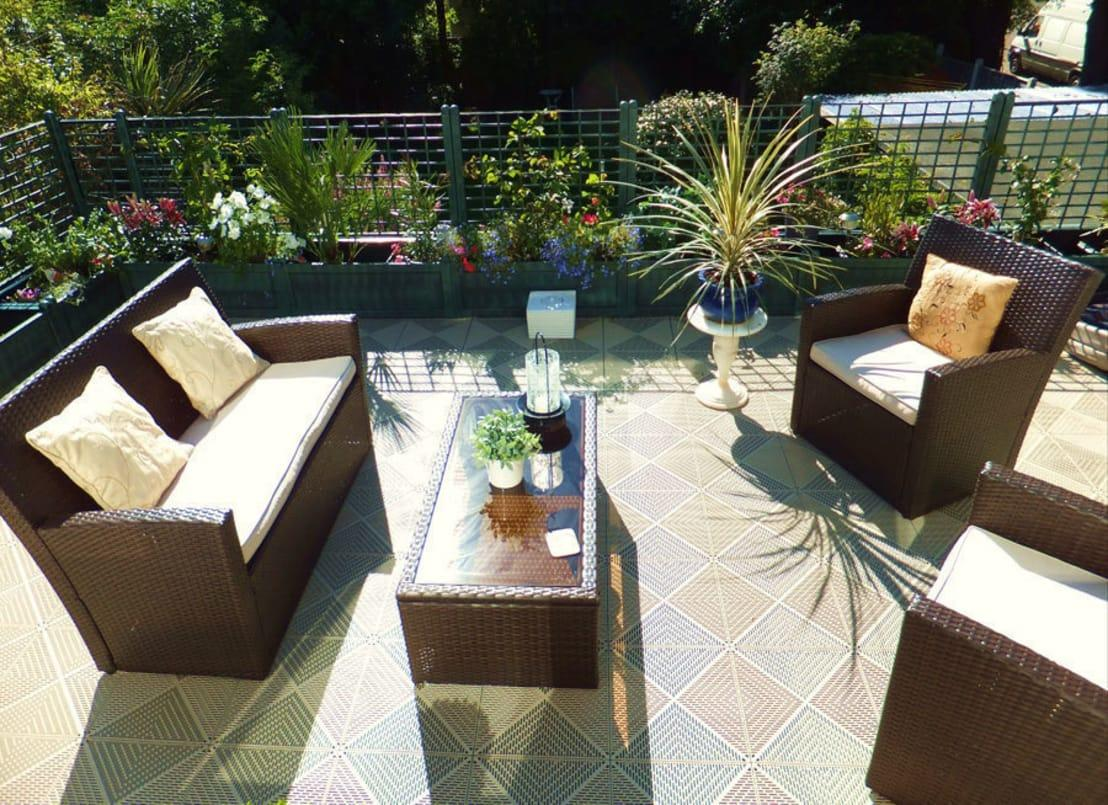 <p>The key to great entertaining is comfort, so if you don't already have some stylish furniture outside, now's the time to invest! the best thing is that all your local DIY stores will have fantastic seasonal offers to take advantage of right now.</p>  Credits: homify / Ecotile Flooring