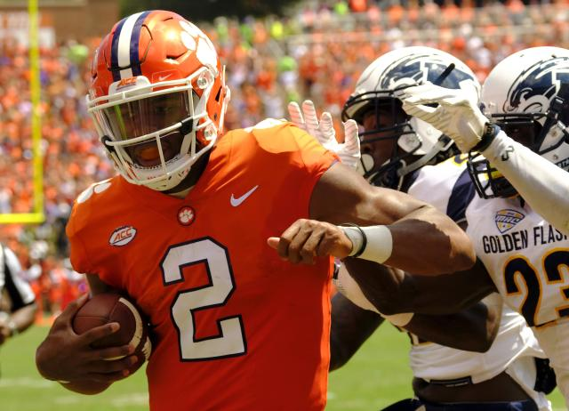 "<a class=""link rapid-noclick-resp"" href=""/ncaaf/players/252151/"" data-ylk=""slk:Kelly Bryant"">Kelly Bryant</a> (L) of the <a class=""link rapid-noclick-resp"" href=""/ncaab/teams/cbg/"" data-ylk=""slk:Clemson Tigers"">Clemson Tigers</a> scores a touchdown against the <a class=""link rapid-noclick-resp"" href=""/ncaab/teams/kae/"" data-ylk=""slk:Kent State Golden Flashes"">Kent State Golden Flashes</a>. (Photo by Todd Bennett/Getty Images)"