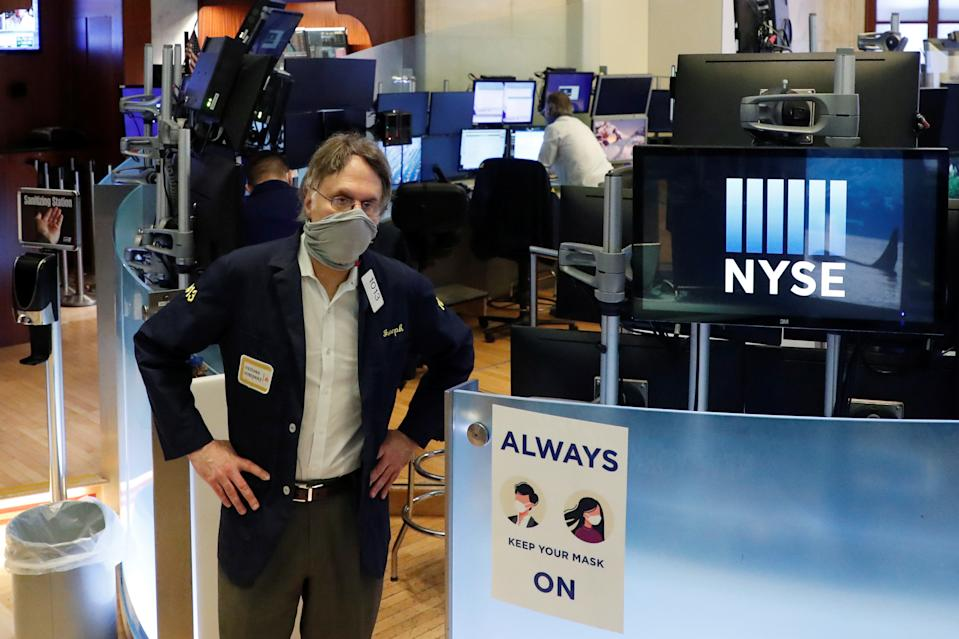 Traders wear masks as they work on the floor of the New York Stock Exchange as the outbreak of the coronavirus disease (COVID-19) continues in the Manhattan borough of New York, U.S., May 28, 2020. REUTERS/Lucas Jackson