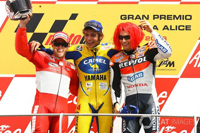 "Podio: 1º Valentino Rossi,2º Loris Capirossi, 3º Nicky Hayden <span class=""copyright"">Gold and Goose / Motorsport Images</span>"
