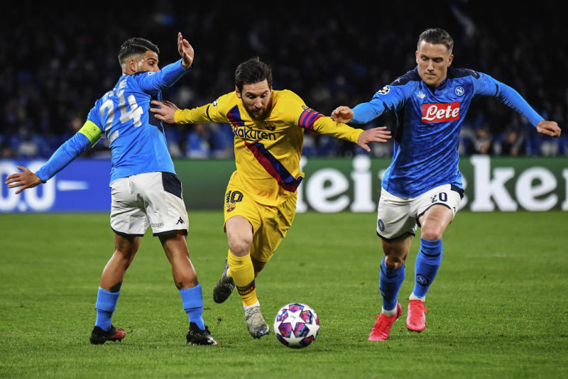 SAN PAOLO STADIUM, NAPLES, CAMPANIA, ITALY - 2020/02/25: Barcelona's Argentinian forward Lionel Messi (C) fights for the ball with Napoli's Italian striker Lorenzo Insigne (L) and Napoli's Polish midfielder Piotr Zielinski (R) during the UEFA Champions league round of 16 first leg football match SSC Napoli vs FC Barcelona. Napoli drew with Barcelona 1-1. (Photo by Salvatore Laporta/KONTROLAB/LightRocket via Getty Images)