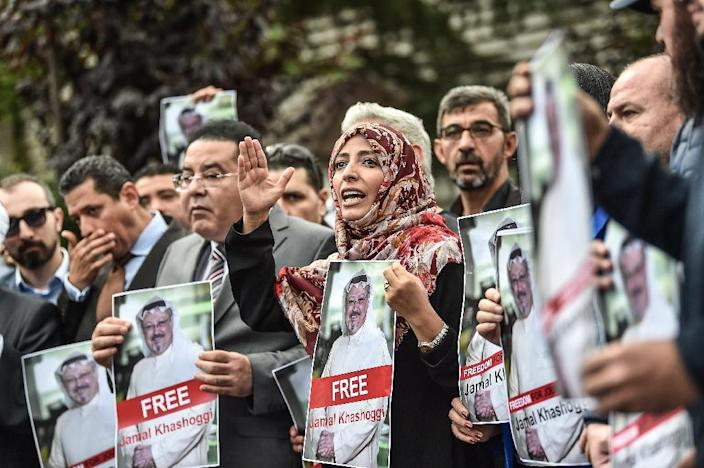 Nobel Peace Prize laureate Yemeni Tawakkol Karman (R), flanked by Egyptian opposition politican Ayman Nour (L), holds pictures of Jamal Khashoggi outside the Saudi Arabian consulate on October 8, 2018 in Istanbul (AFP Photo/OZAN KOSE)