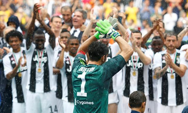 Soccer Football - Serie A - Juventus vs Hellas Verona - Allianz Stadium, Turin, Italy - May 19, 2018 Juventus' Gianluigi Buffon is applauded by his team mates in celebration of his final appearance for Juventus REUTERS/Stefano Rellandini
