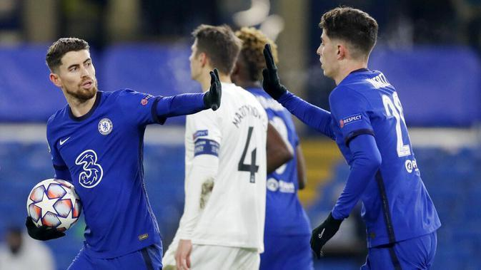 Pemain Chelsea, Jorginho dan Kai Havertz, merayakan gol ke gawang Krasnodar pada laga Liga Champions di Stadion Stamford Bridge, Rabu (9/12/2020). Kedua tim bermain imbang 1-1. (AP Photo/Kirsty Wigglesworth, Pool)