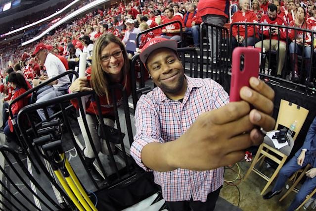 "Saturday Night Live star Kenan Thompson went to the <a class=""link rapid-noclick-resp"" href=""/nhl/teams/was"" data-ylk=""slk:Washington Capitals"">Washington Capitals</a>' Stanley Cup Final Game 3 on Saturday night, though his connection to the team is clearly stretched — if not nonexistent. (Getty Images)"