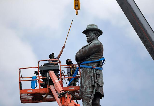 <p>MAY 19, 2017 – Workers prepare to take down the statue of former Confederate general Robert E. Lee, which stands over 100 feet tall, in Lee Circle in New Orleans. Mississippi Rep. Karl Oliver of Winona apologized for saying Louisiana leaders should be lynched for removing Confederate monuments, only after his comment sparked broad condemnation in both states. The post was made after three Confederate monuments and a monument to white supremacy were removed in New Orleans. (Photo: Gerald Herbert/AP) </p>