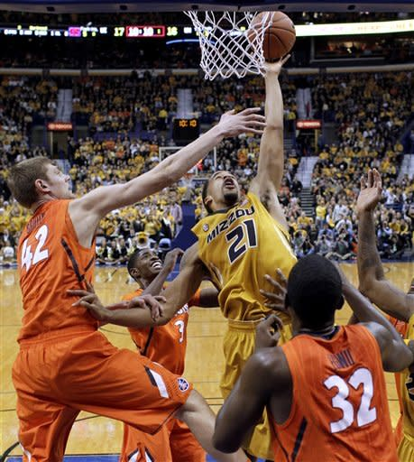Missouri's Laurence Bowers (21) heads to the basket as Illinois' Tyler Griffey (42), Brandon Paul (3) and Nnanna Egwu (32) defend during the first half of an NCAA college basketball game Saturday, Dec. 22, 2012, in St. Louis. Bowers scored 23 points, leading Missouri to a 82-73 victory. (AP Photo/Jeff Roberson)
