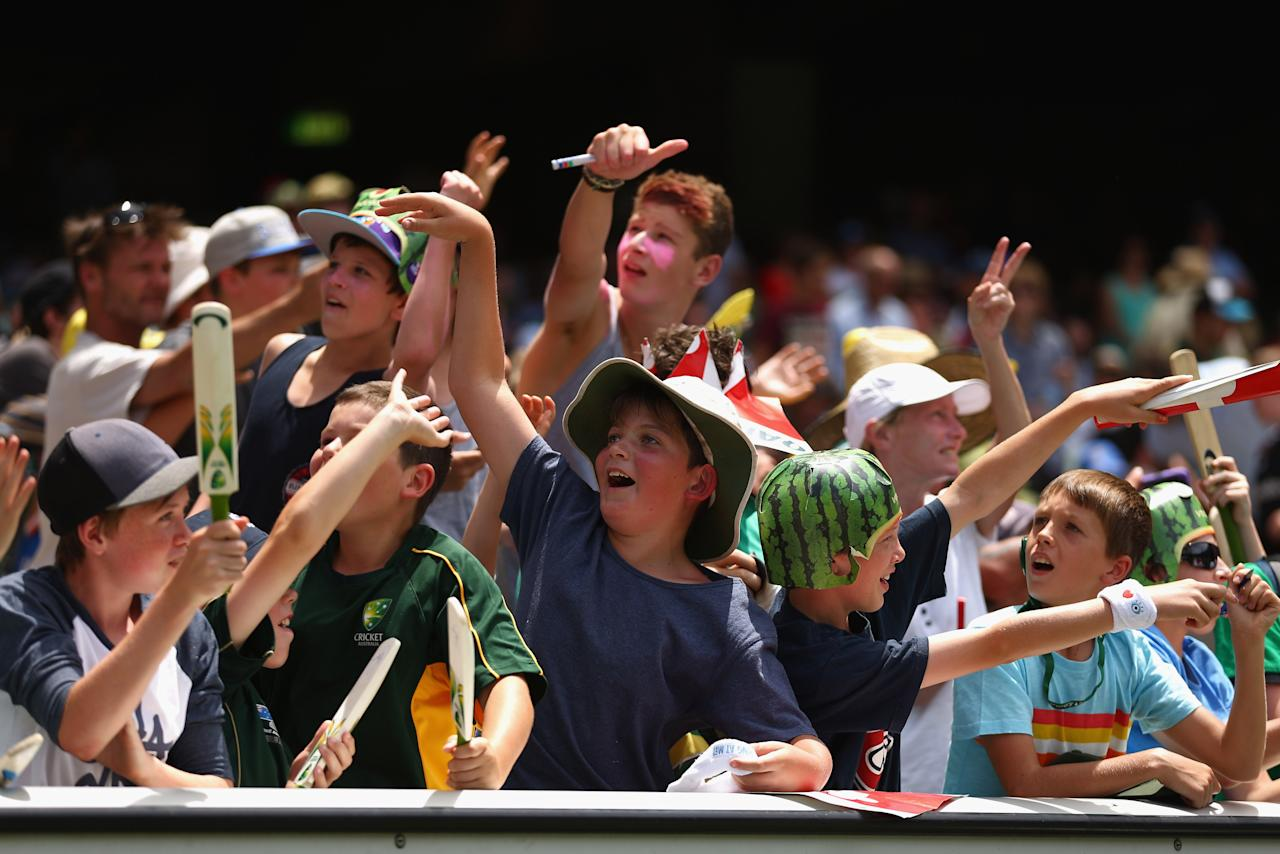 MELBOURNE, AUSTRALIA - DECEMBER 27: Fans cheer during day two of the Second Test match between Australia and Sri Lanka at Melbourne Cricket Ground on December 27, 2012 in Melbourne, Australia.  (Photo by Robert Cianflone/Getty Images)