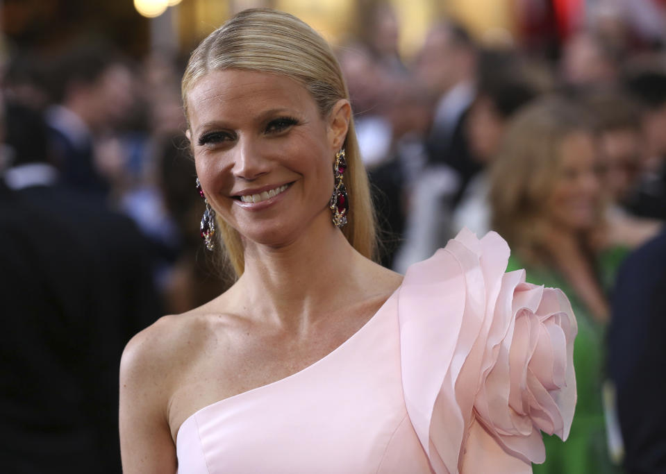 Actress Gwyneth Paltrow arrives wearing a custom Ralph & Russo pink one sleeve gown at the 87th Academy Awards in Hollywood, California February 22, 2015. REUTERS/Robert Galbraith (UNITED STATES TAGS:ENTERTAINMENT) (OSCARS-ARRIVALS)