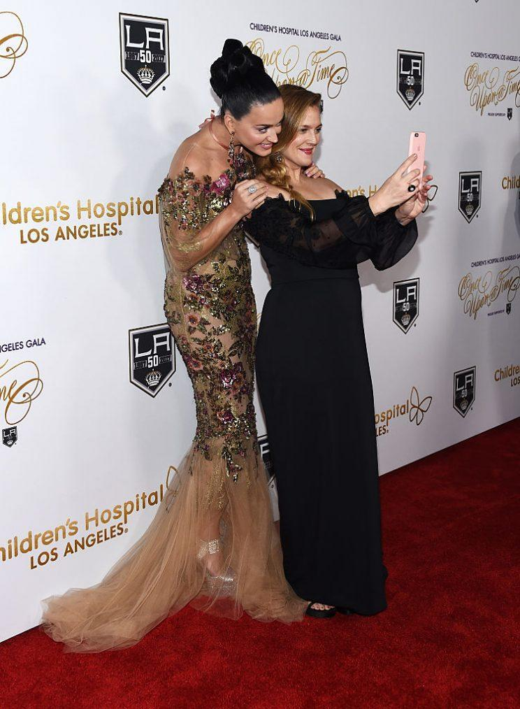 Drew Barrymore takes a selfie with Katy Perry. (Photo: Getty Images)