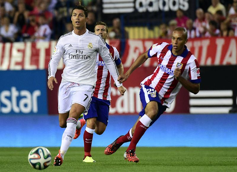 Real Madrid's Cristiano Ronaldo (L) during the Spanish Supercopa second-leg match against Atletico Madrid in Madrid on August 22, 2014 (AFP Photo/Gerard Julien)