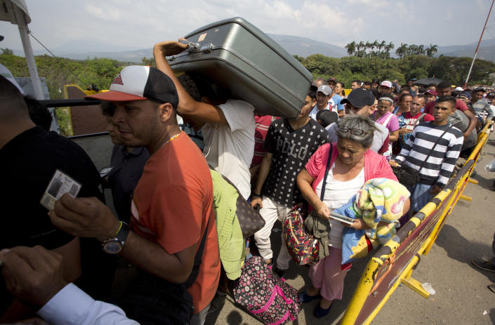 <p>Venezuelans cross the International Simon Bolivar bridge into Cucuta, Colombia on Feb. 21, 2018, as rising numbers of Venezuelans are fleeing in a burgeoning refugee crisis that could soon match the flight of Syrians from the war-torn Middle East. (Photo: Fernando Vergara/AP) </p>