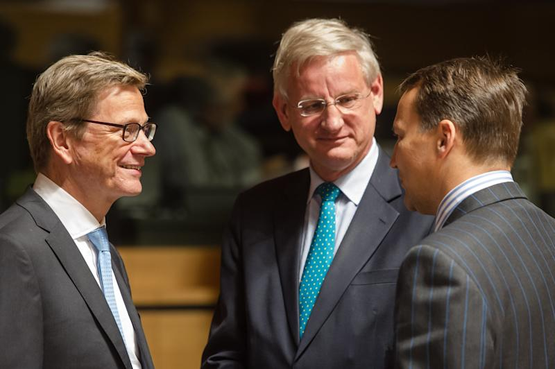 German Foreign Minister Guido Westerwelle, left, talks with Swedish Foreign Minister Carl Bildt, center, and Poland's Foreign Minister Radoslaw Sikorski during a European foreign ministers meeting in Luxembourg, Monday, June 24, 2013. (AP Photo/Geert Vanden Wijngaert)