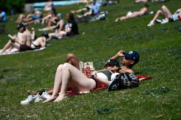 If you're planning on catching some sun, choose cooler times of day and limit your exposure as heat warnings return for the weekend. (Justin Tang/Canadian Press - image credit)