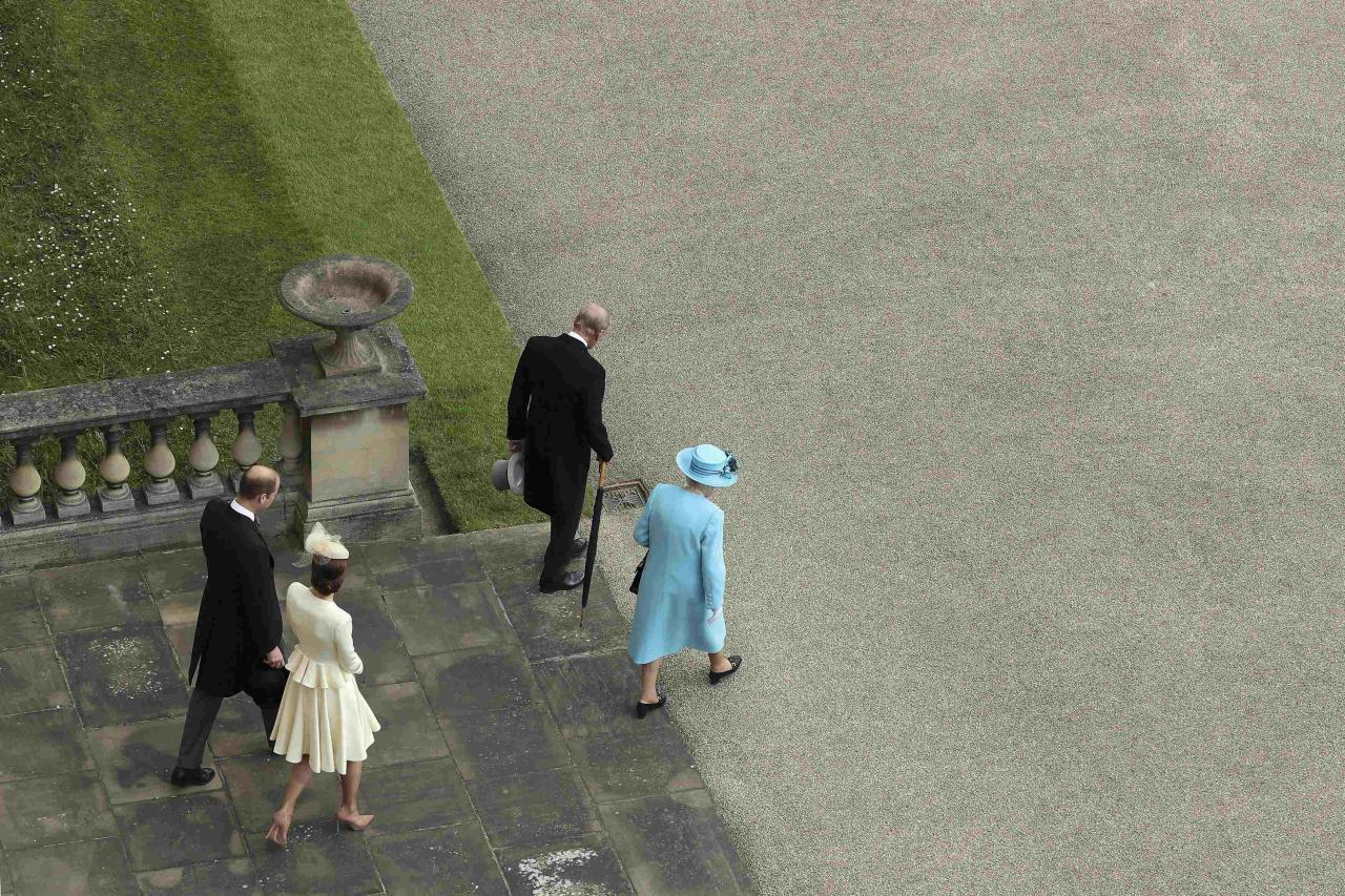 Britain's Prince William, Duke of Cambridge, Catherine, Duchess of Cambridge, Prince Philip, Duke of Edinburgh and Queen Elizabeth II arrive to greet guests attending a garden party at Buckingham Palace on May 24, 2016 in London, Britain.  REUTERS/Dan Kitwood/Pool
