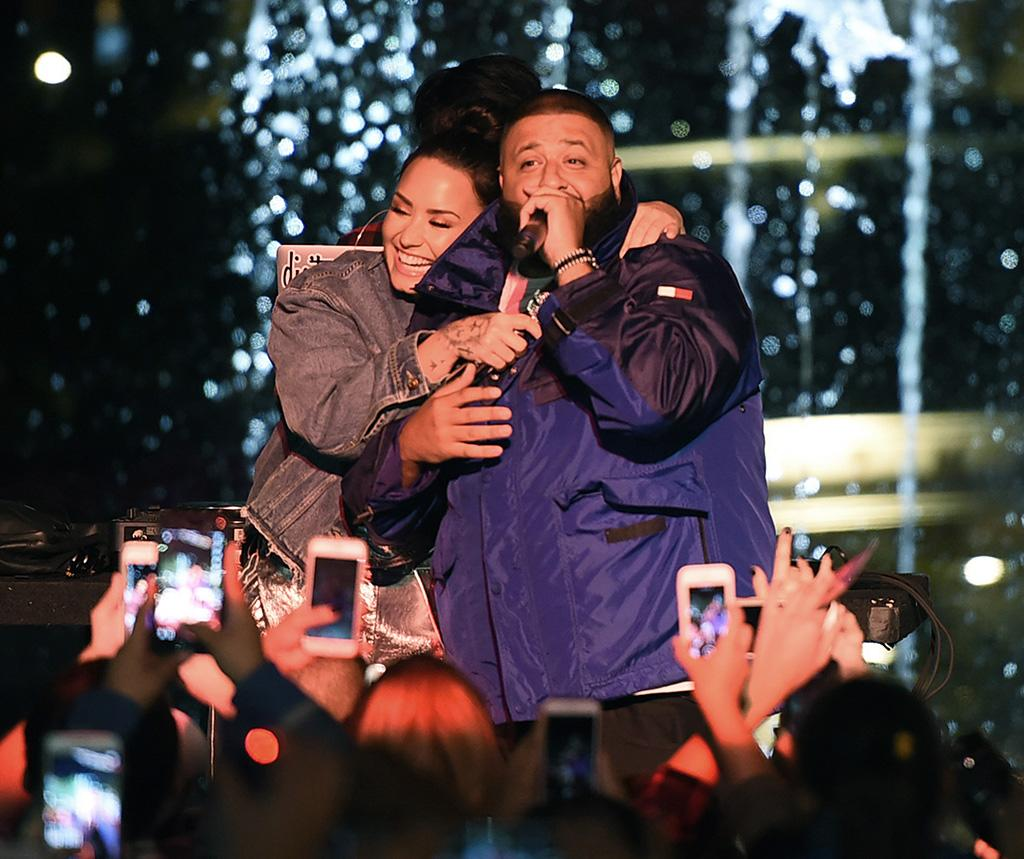 <p>The duo, who recently announced that they will be going on tour together, shared a snuggle on stage at the Fan Luv event at the Grove in L.A. on Thursday. (Photo: Kevin Winter/Getty Images) </p>