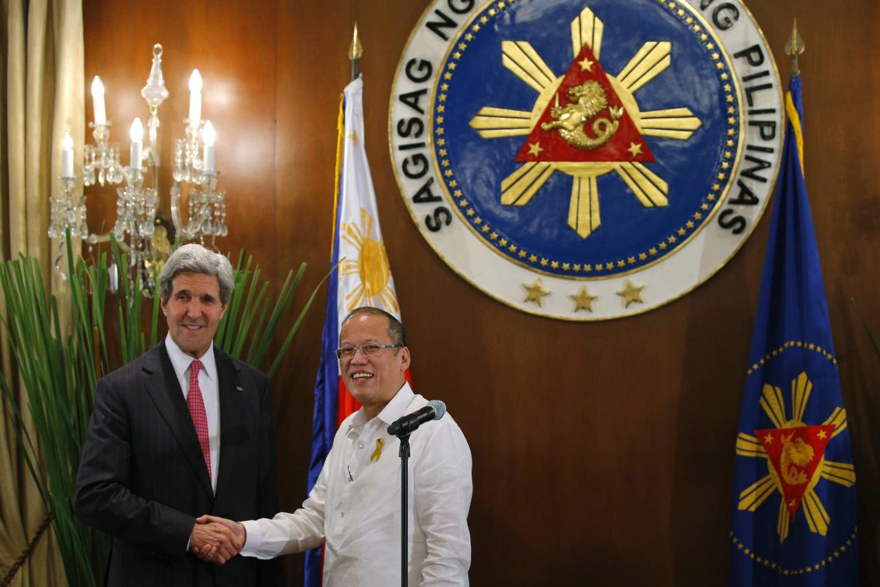 U.S. Secretary of State John Kerry (L) and Philippines' President Benigno Aquino shake hands at a dinner at the Malacanang Presidential Palace in Manila December 17, 2013. REUTERS/Brian Snyder (PHILIPPINES - Tags: POLITICS)