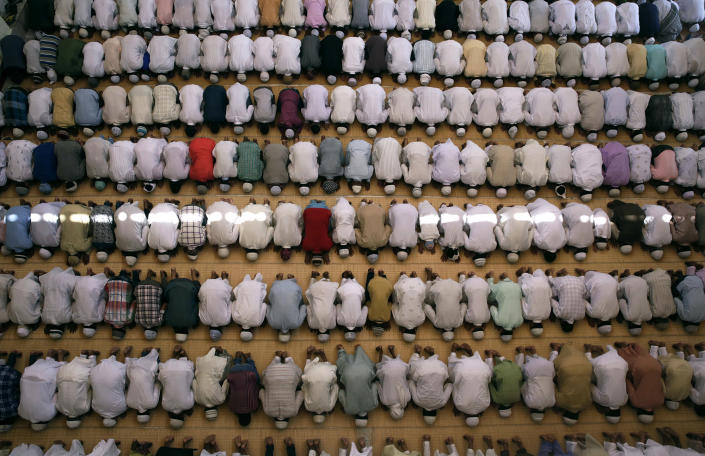 <p>Muslims offer prayers on the last Friday of the holy month of Ramadan in Allhabad, India, July 1, 2016. (Photo: Rajesh Kumar Singh/AP) </p>