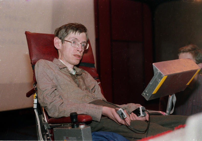 Stephen Hawking in Chicago on Dec. 15, 1986. After Hawking losthis voice to pneumonia the prior year, computer scientist Walter Woltosz gave him a device that helped him vocalize words that he typed. (Associated Press)