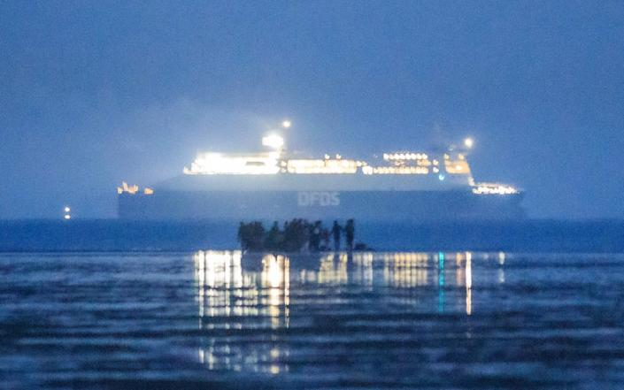 Migrants including families embark on the beach of Gravelines as a ferry of the Danish shipping company DFDS sails in the Channel (Manche), near Dunkirk, northern France on September 22, 2020 - SAMEER AL-DOUMY/AFP